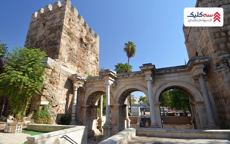 دروازه هادریان از دیگر  جاذبه های آنتالیا
