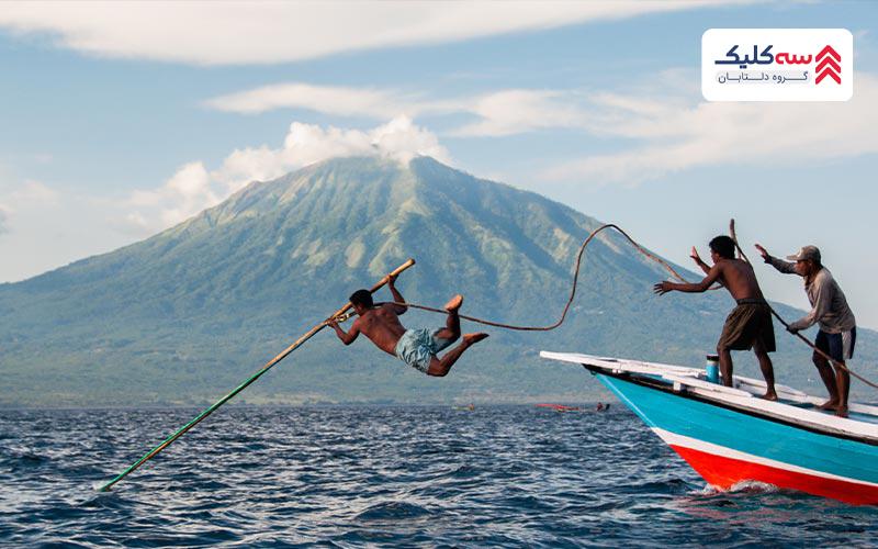 محافظت از نهنگ ها یکی از رسم و رسوم عجیب و غریب اندونزی