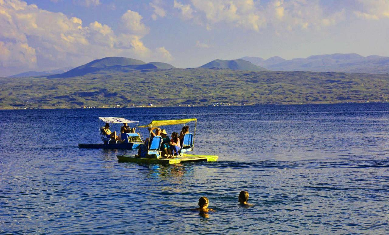 امکانات دریاچه سوان ارمنستان تفریحات آبی و شنا کردن